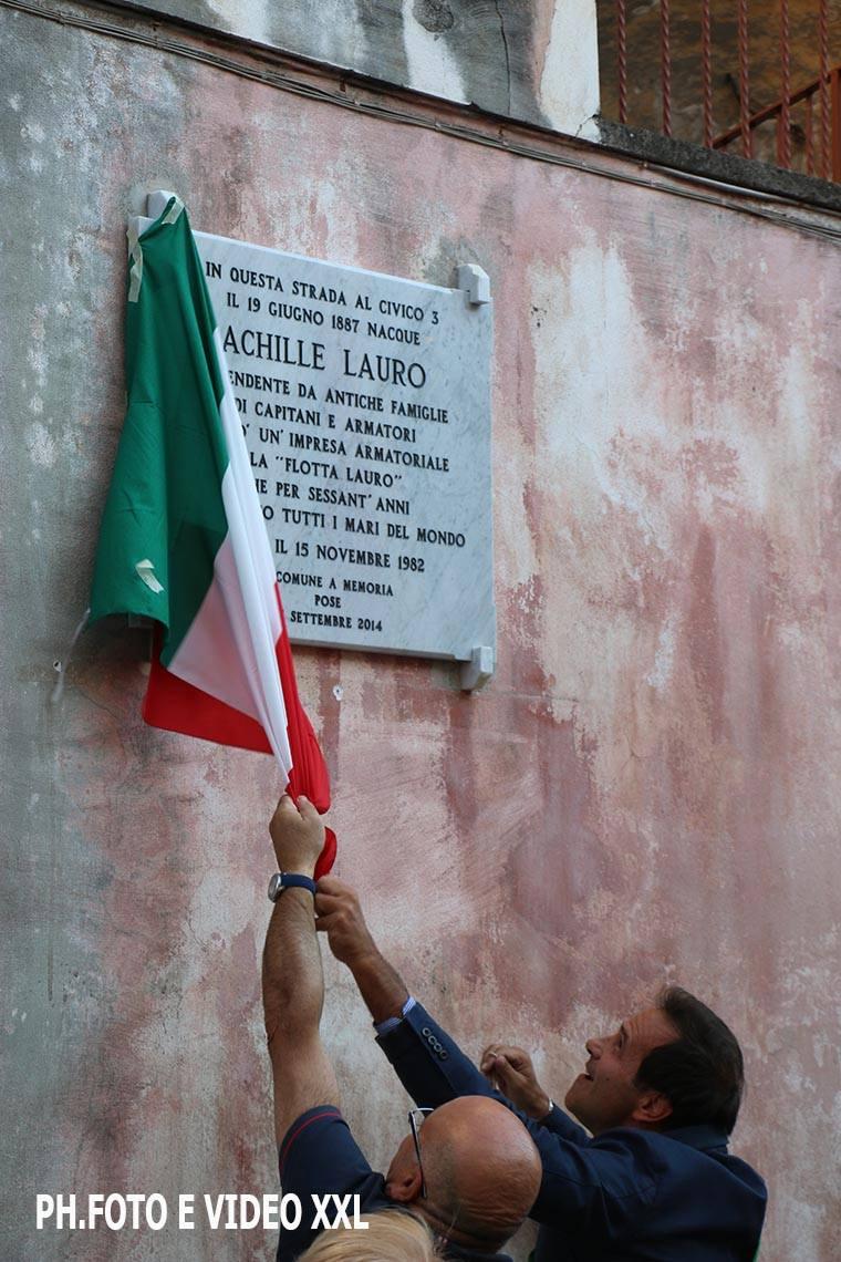 Quella lapide ad Achille Lauro su un muro zozzo e indecente…